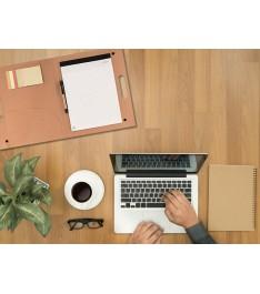 Cartellina portadocumenti su scrivania con pc