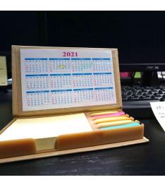 Set memo con calendari su scrivania ufficio