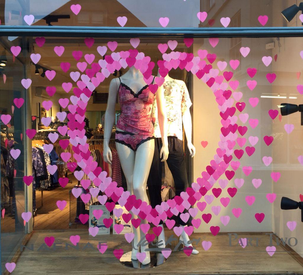 post-it cuore vetrina negozio