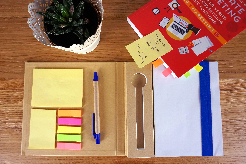 Hand Notes interno su scrivania con libri