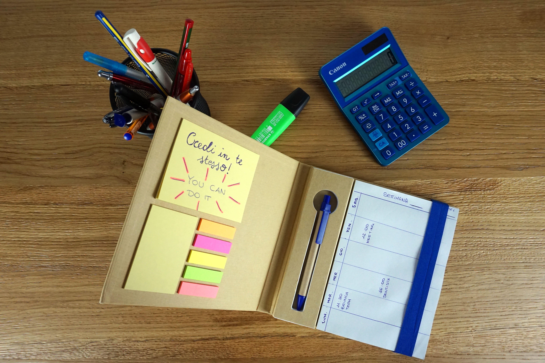Block notes come motivation planner su scrivania