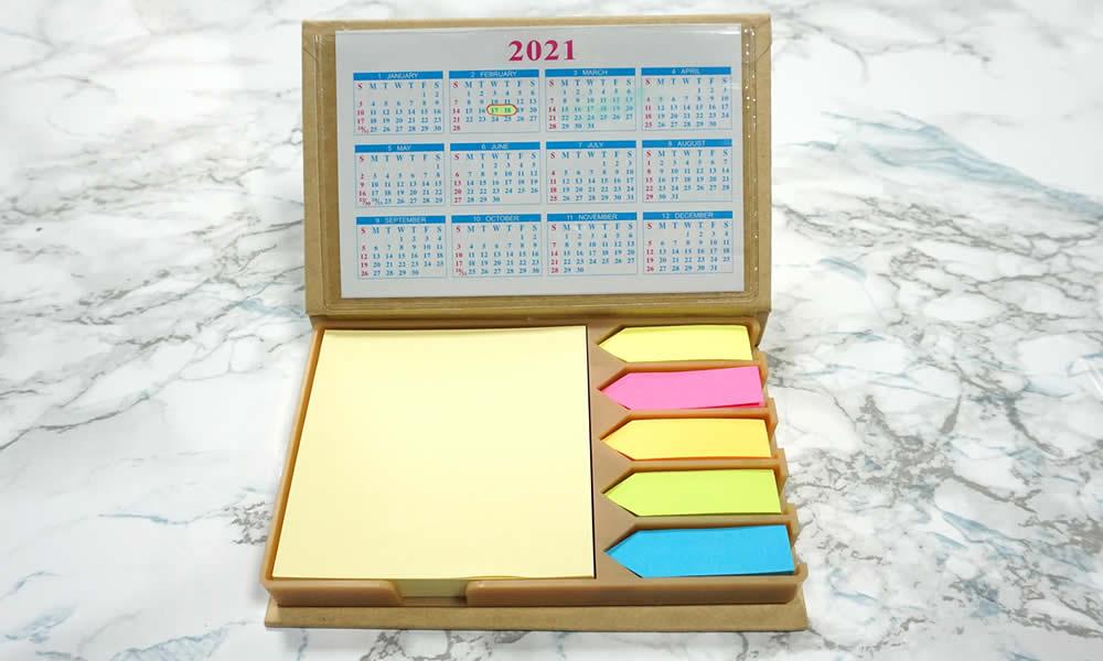 set calendario con post-it e segnapagina su tavolo marmo