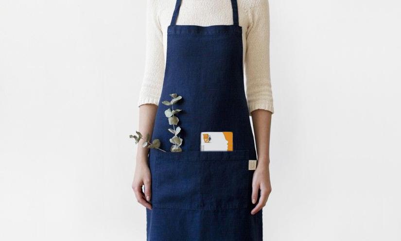 Donna con grembiule e memo tascabile giallonote