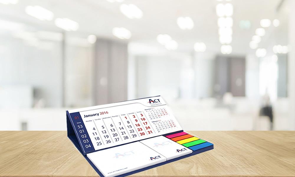 calendario con copertina rigida su tavolo