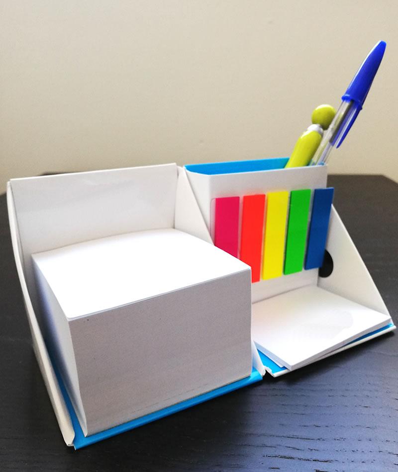 Dado con post-it, segnpagina e penne