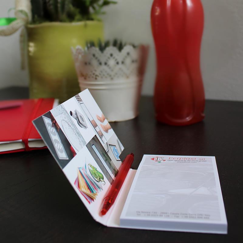 pocket note con penna su comodino