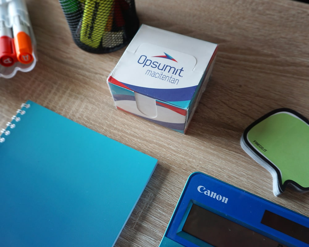 dispenser porta post it su scrivania ufficio