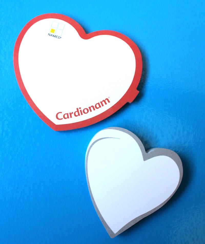 post-it a forma di cuore su sfondo blu