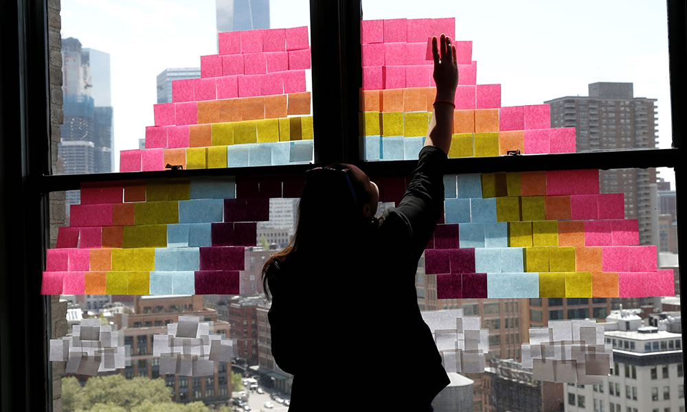 post it colorati su finestra per disegnare arcobaleno