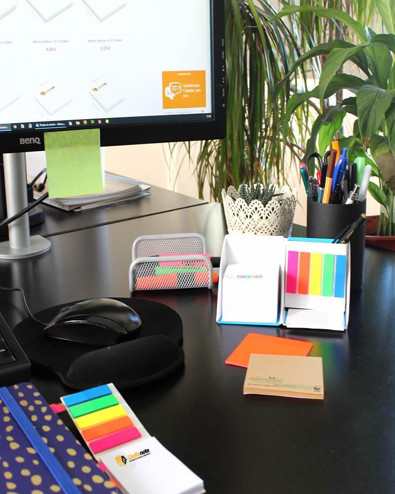 scrivania nera con pc e post it