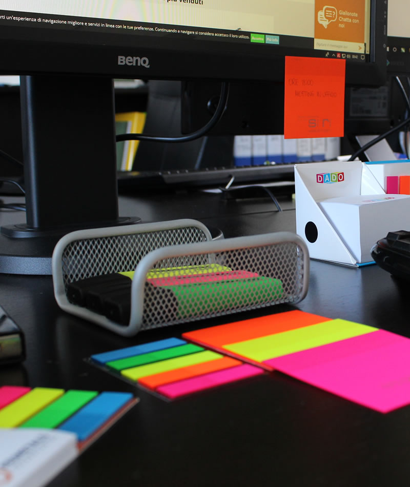 organizzazione scrivania con post-it
