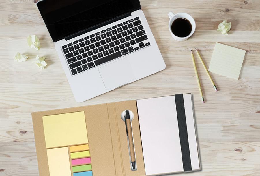 set appunti su scrivania ufficio