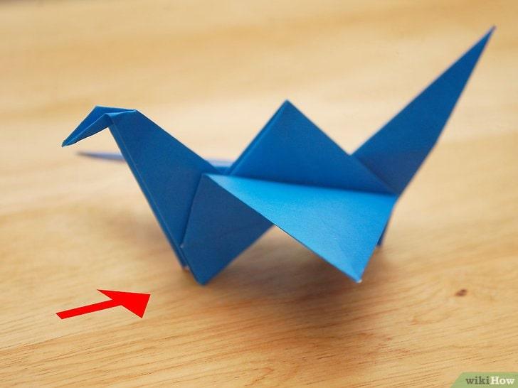 Uccello blu che sbatte le ali di carta